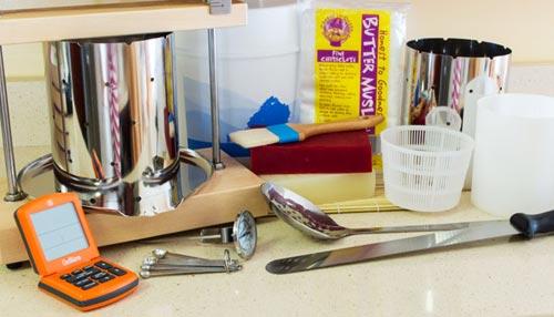 Оборудование и ингредиенты для сыра